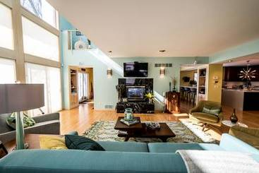 Living Room of 2101 N Shore Dr
