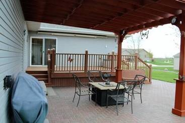 Covered Patio of 325 W Henschen St